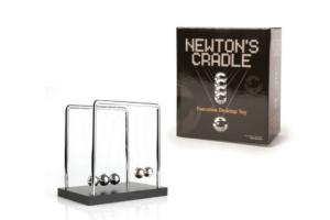 Newtons Vugge på træplade 20 cm -0